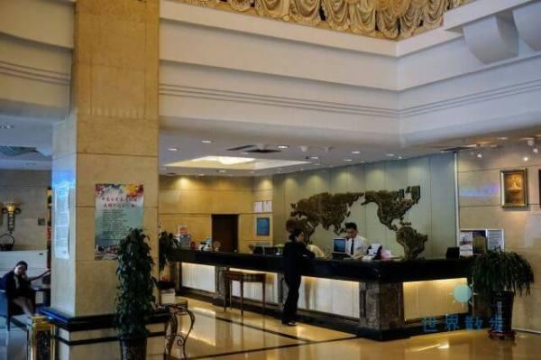 中発源ホテルのフロント