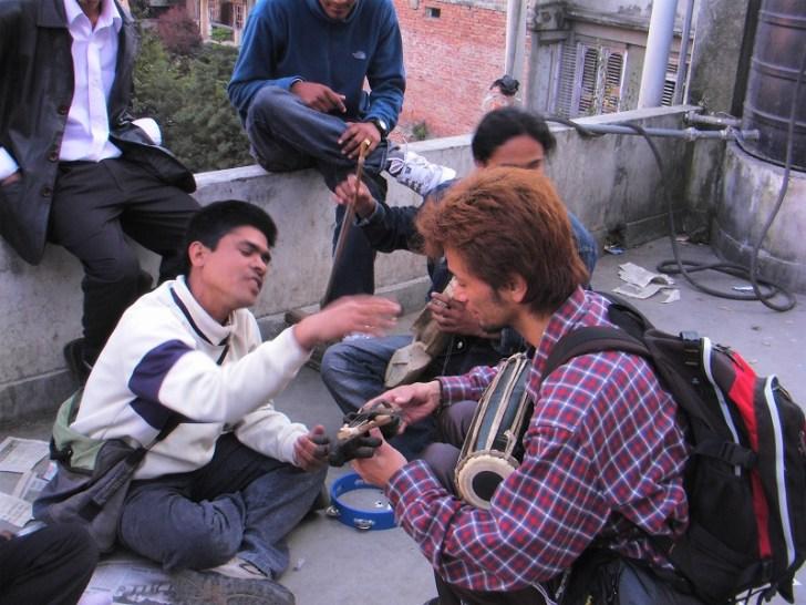 ネパール楽器の値段交渉をしているいざぽん