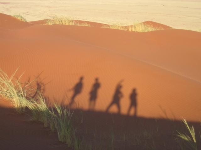 日の光によって色の変化が楽しめる砂漠の砂 影で遊ぶ僕ら♪