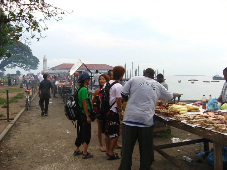 浜辺には海鮮物中心の美味しそうな食べ物の屋台がずらりと並ぶ