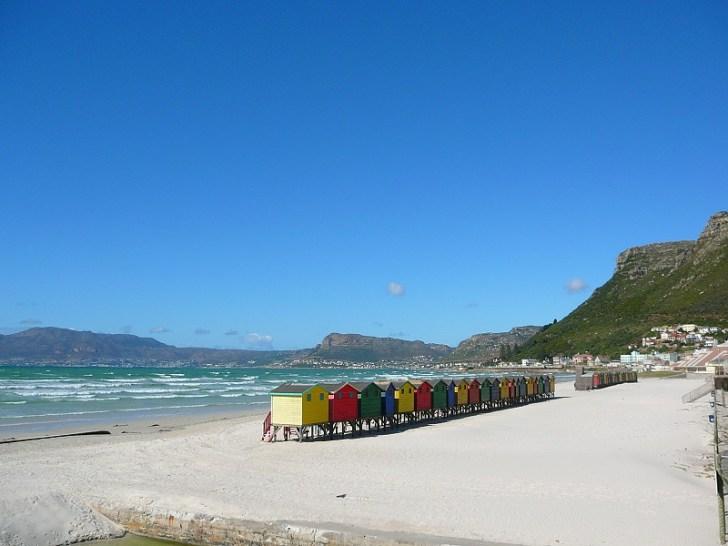 ブルー色の海が広がるムイゼンバーグビーチ。そこには色とりどりのかわいいバンガローが並んでいた