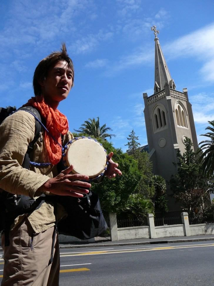ジャンベの本場アフリカで、陽気に太鼓を叩きながらケープタウンの街を練り歩くようちゃん
