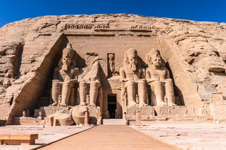 アブシンベル神殿は、ラムセス二世の象が4体も並んでおり、中央の入り口から中に入ることができる