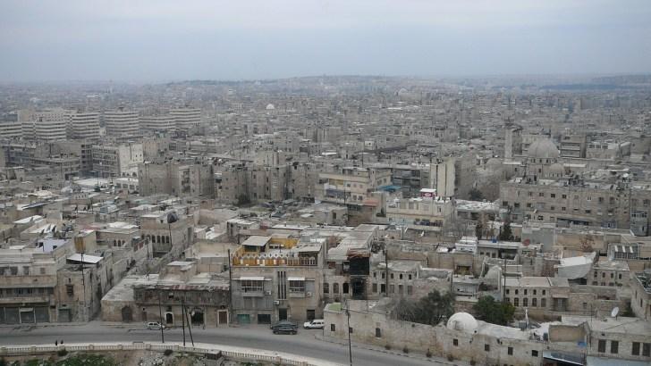シリアの街並みは建物がみな乳白色に統一されていてなんとなく殺風景な感じがするが、夜は街の明かりが、とても色鮮やかである