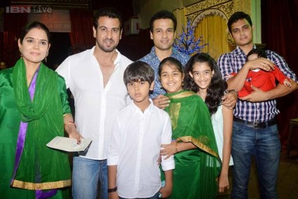 Ronit Roy Family Photo, Father And Mother Wife, Age