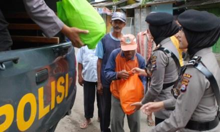 Jum'at Barokah, Polda Banten Berikan Bantuan ke Masyakat Kurang Mampu