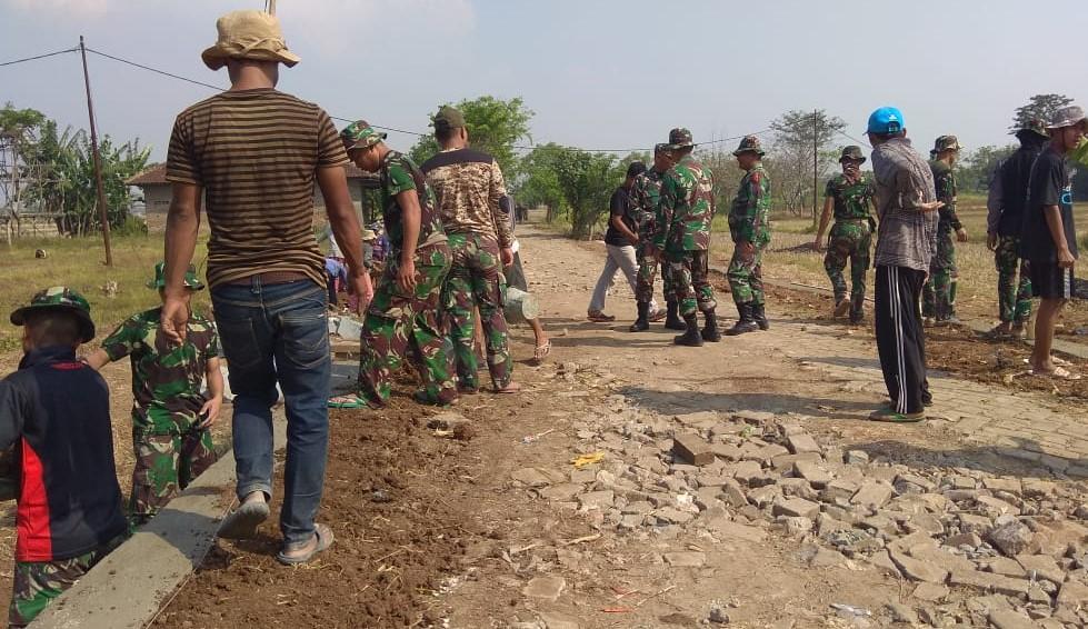 Warga dan TNI Bangun Semangat Gotong-Royong di TMMD