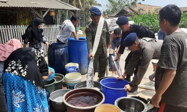 Satbrimob Polda Banten Salurkan Air Bersih ke Warga Singarajan