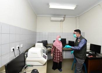 Foto:  Gubernur Jawa Barat Ridwan Kamil saat meninjau Balai Laboratorium Kesehatan Provinsi Jawa Barat (Labkesda)