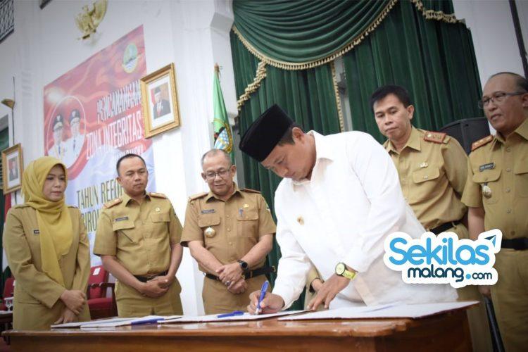 Foto: Wakil Gubernur Jawa Barat Uu Ruzhanul Ulum bersama para kepala OPD secara simbolis menandatangani pakta integritas.