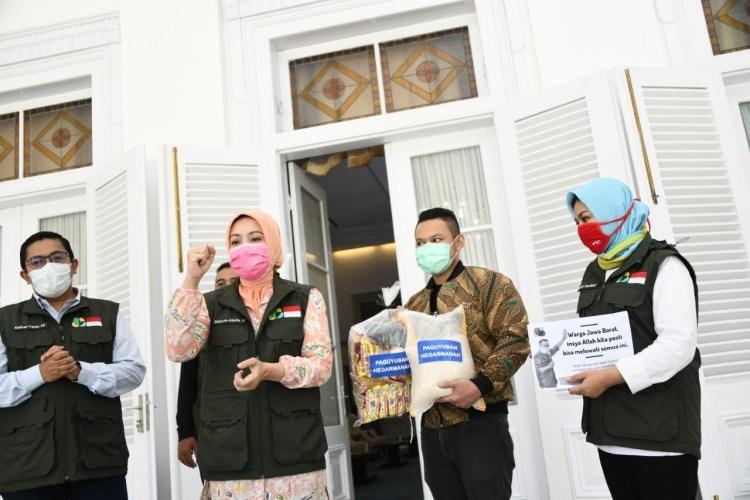 Foto: Ketua Umum Jabar Bergerak Atalia Ridwan Kamil secara simbolis menerima bantuan 1.000 paket sembako dari Paguyuban Hegarmanah, di Gedung Pakuan