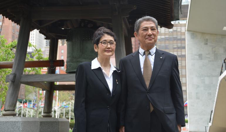 高瀬聖子さんと中川鹿太郎さん。2015年5月。NY国連平和の鐘にて。