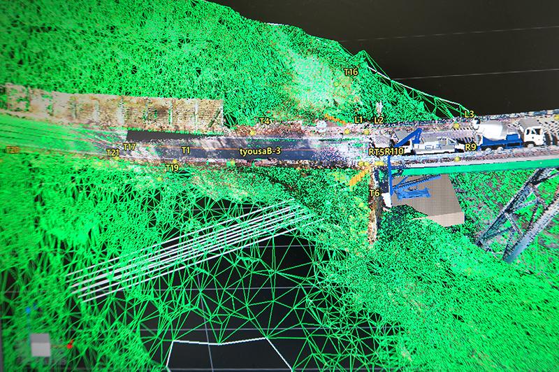 橋梁下部工アンカー工事の測量3Dデータ。土かぶりの過不足を「見える化」。