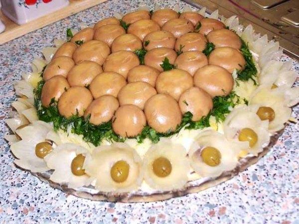 """Салат """"Грибная полянка"""" - рецепт с шампиньонами и курицей"""