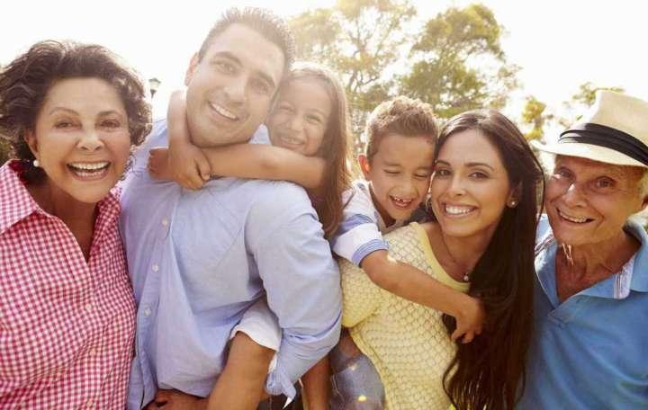 usmiechnieta-rodzina-wielopokoleniowa
