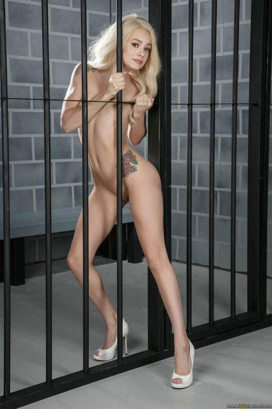 Elsa-Jean-knappe-blondine-kleine-tieten-cel-12