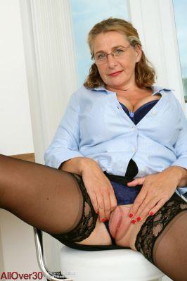Camilla-A-geile-mature-secretaresse-met-grote-tieten-07