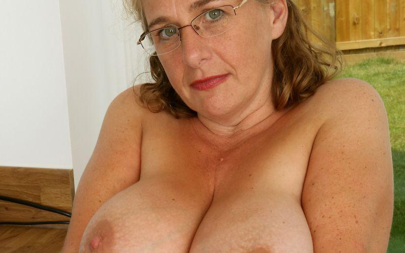Camilla A, geile mature secretaresse met grote tieten