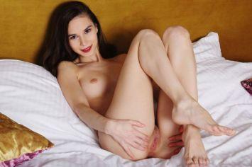 Leona-Mia-naakt-op-bed-vinger-in-haar-kutje-13