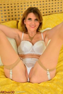 knappe-rijpe-vrouw-in-sexy-witte-lingerie-11