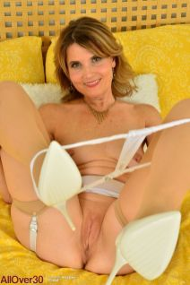 knappe-rijpe-vrouw-in-sexy-witte-lingerie-14
