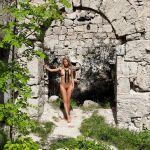 Cara Mell, helemaal naakt bij een oude ruïne