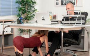 Geile secretaresse pijpt haar baas onder zijn bureau