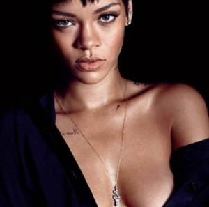 Rihanna, onderdanig in bed, tevens topless in de GQ