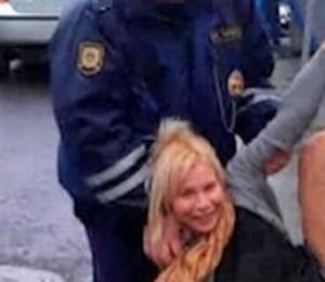 Dronken Russische vrouw doet aan verkeerspaaldansen