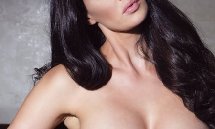 Tiffany Taylor, zwart haar, sensueel en grote borsten