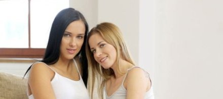 Victoria en Jesscia, lesbische sex bij het haardvuur