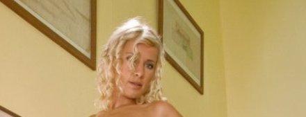 Elegante blondine gaat sensueel bloot
