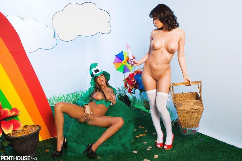lesbische-sex-vreemde-outfits-13