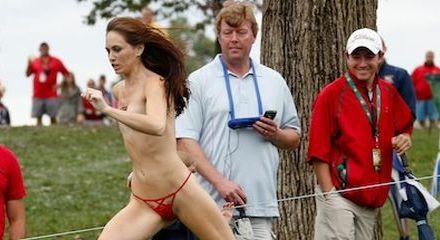 Bijna naakte vrouw, streakster, op de golf course weet te ontkomen
