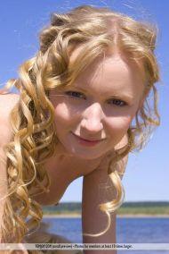twee-knappe-vrouwen-blote-borsten-op-het-strand-13