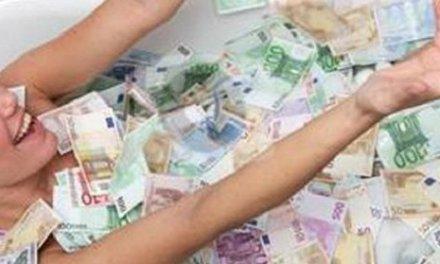 Naakte vrouw in badkuip vol geld trekt aandacht belastingdienst