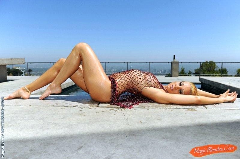 sandy-heet-blondje-bij-het-zwembad-07