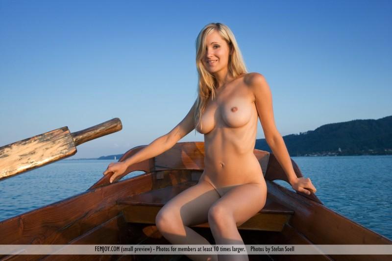Corinna-naakt-op-een-boot-003