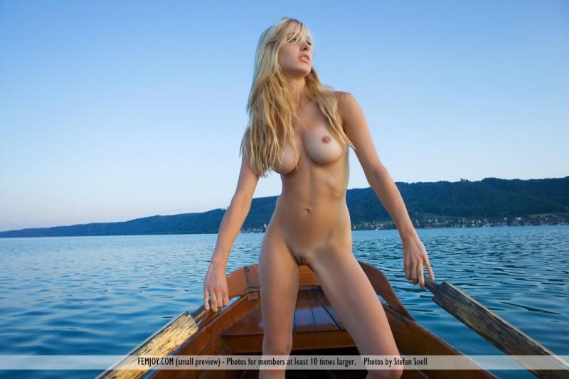 Corinna-naakt-op-een-boot-013