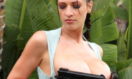 Een Lara Croft met heel grote borsten, topless en al