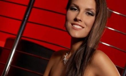Een sexy brunette in lingerie en dan naakt