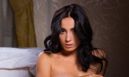 Emilia, knappe vrouw met zwart haar naakt