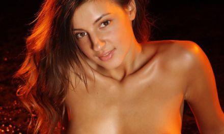 Tara, langbenige schoonheid doet aan sensueel uitkleden