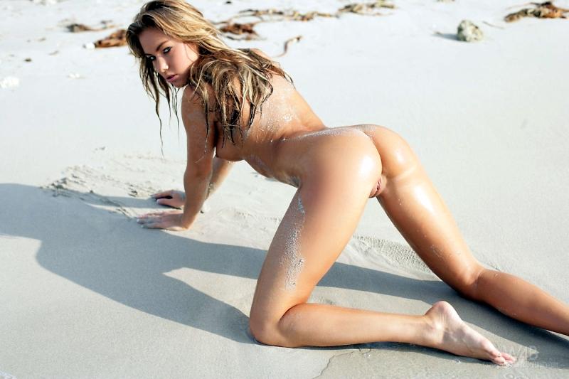 blond-mooi-en-bloot-op-het-strand-016