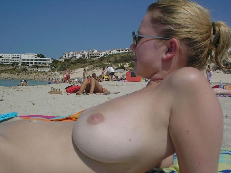 hot-amateur-busty-beach-babes-naked-and-topless--11
