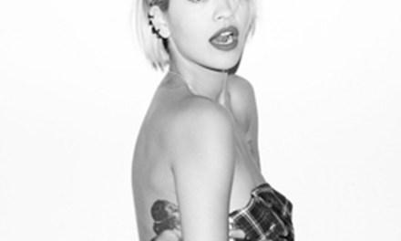 Rita Ora, Engelse zangeres enzo, is van de lekkere