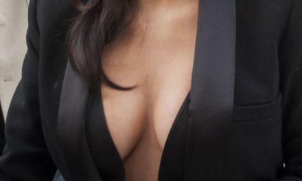 De grote tieten van Kim Kardashian staan er goed bij