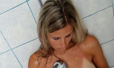 Blonde vrouw onder de douche