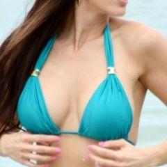 Anais Zanotti, grote borsten, sexy in bikini op het strand
