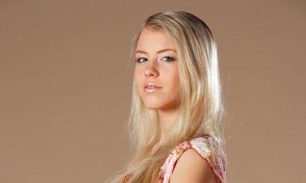 Een blonde jonge vrouw, haar naakt zijn en een stoel